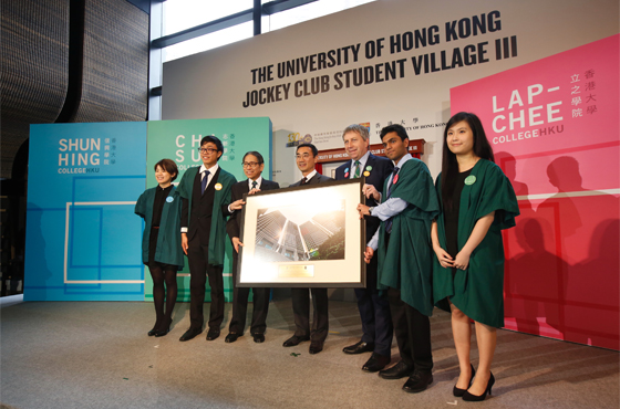 Mr Michael Lee being presented with a souvenir by HKU Council Chairman Dr Leong Che-hung and Professor Peter Mathieson.