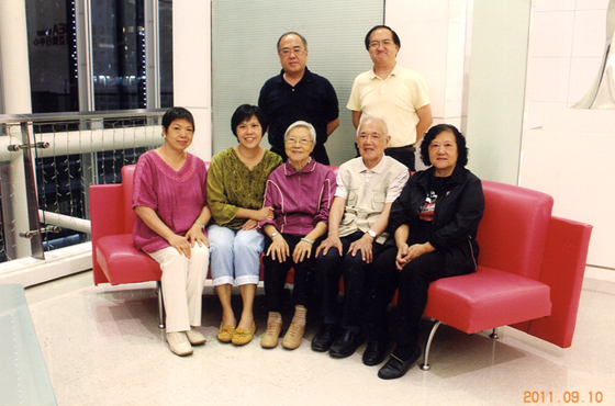 Group photo of the Yang family. Ms Betty Yeung (front, 2nd left) and her elder brothers, William (back left) and Dennis (back right) occasionally found themselves crossing paths as they were all enrolled at the Faculty of Social Sciences.
