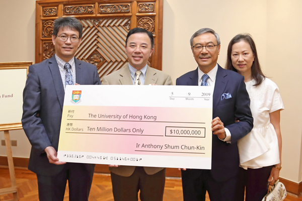 Accompanied by the Dean of Engineering Professor Christopher Chao (1st from left), Professor Xiang Zhang (2nd from left), President and Vice-Chancellor of the University of Hong Kong, received a donation cheque of HK$10 million from Ir and Mrs Tony Shum (2nd and 1st from right).