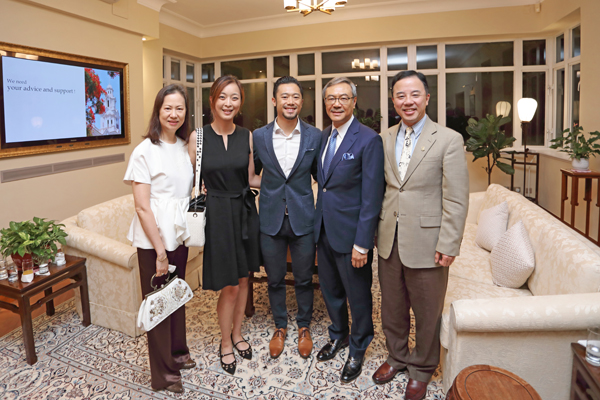 The Shum's family shared the joy with Professor Xiang Zhang at the donation ceremony.