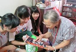 HKU Volunteers Team celebrated the Moon Festival with senior citizens